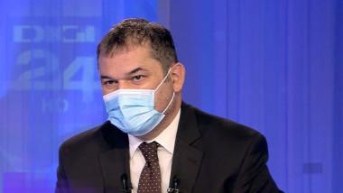 Ministrul interimar al Sănătății, Cseke Attila, intr-un studio tv cu masca