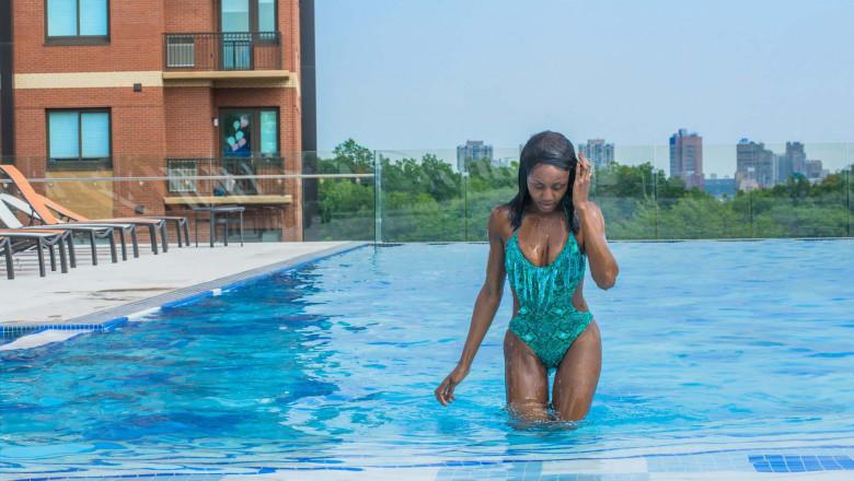 fata iesind din piscina