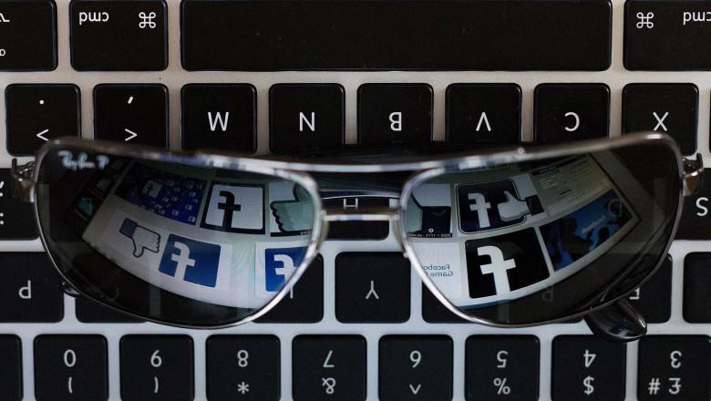 ochelari cu sigla facebook pe tastarua de computer