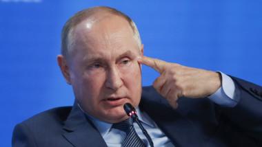 Putin cu degetul la tâmplă