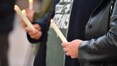 Oameni cu lumânări aprinse în memoria Halynei Hutchins, ucisă pe platoul de filmare.