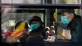 Oameni in tramvai cu mască, în București.