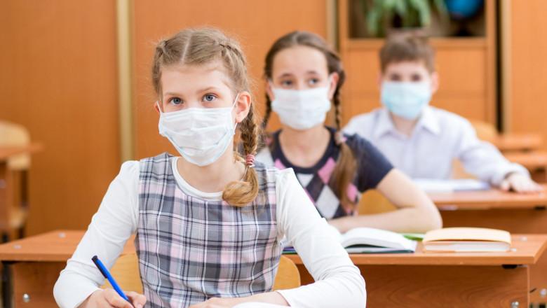 elevi cu masca in banci