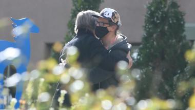 Alec Baldwin a fost fotografiat în timp ce îi îmbrățișează pe soțul și pe fiul Halynei Hutchins