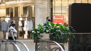 oameni cu masti in mall