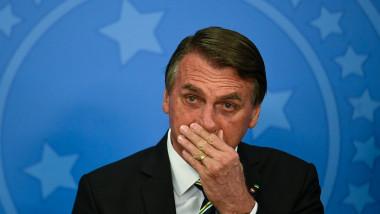 Jair Bolsonaro cu mâna la gură