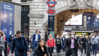 oameni pe stărzile din Londra