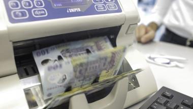 bani in masina de numarat bani