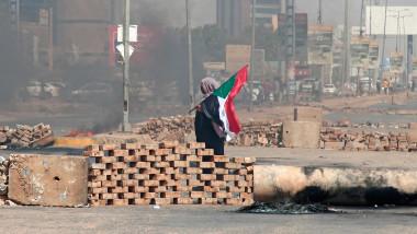 Baricade din cărămizi și un steag al Sudanului în capitala Khartoum