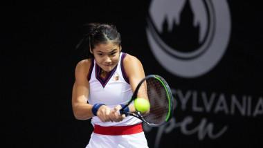 Emma Răducanu lovește puternic o minge.