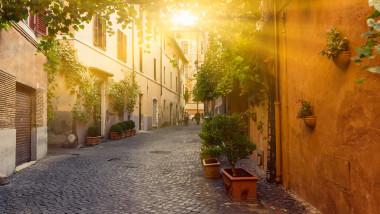 Stradă cu case istorice, în Roma