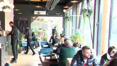 Tineri la mese și în cafenea.