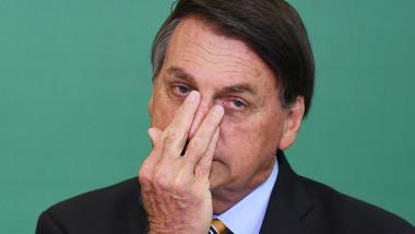 Bolsonaro se ține de nas.