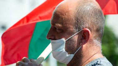 barbat cu masca in bulgaria