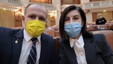 Alexandru Kocsis și Violeta Alexandru cu masti pe figura, în parlament.