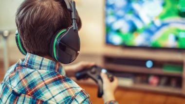 băiat care se joacă un joc online