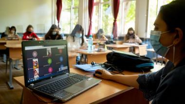 elevi cu masti in sala de clasa