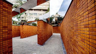 pereti ai monumentului cu numele holocaustului din amsterdam