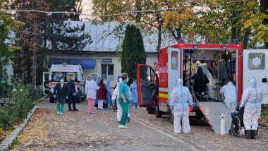 imagine din curtea spitalului targu carbunesti
