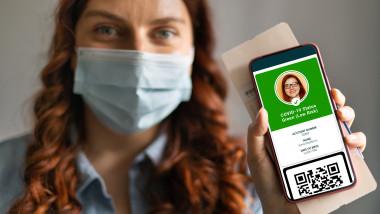 femeie care arata pe telefon certificatul verde