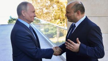 """Naftali Bennett a spus vineri că Israelienii îl consideră """"un prieten foarte apropiat"""" pe Vladimir Putin."""