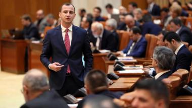 alfred simonis printre parlamentari in plenul camerei deputatilor