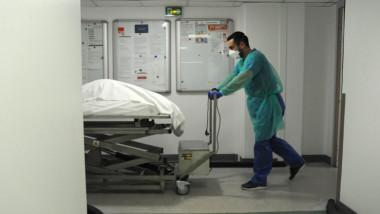 medic in spital care impinge o targa