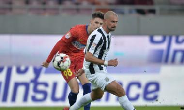 Gabi Tamaș, în duel cu Dennis Man, în FCSB - Astra / Foto: Sport Pictures