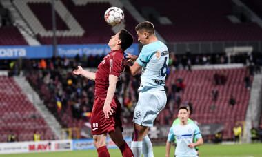 Dragoș Nedelcu, în duel cu Mario Rondon, în CFR Cluj - FCSB / Foto: Sport Pictures