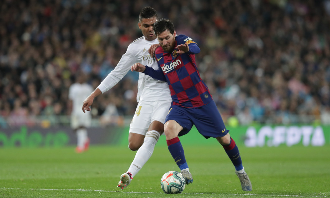 Lionel Messi, în duel cu Casemiro, în Real Madrid - Barcelona / Foto: Getty Images