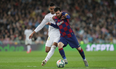 Lionel Messi, în duel cu Casemiro, în Real Madrid - Barcelona / Foto: Getty Images