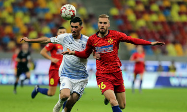 Bogdan Planic, în duel cu Andrei Ivan în meciul FCSB - Universitatea Craiova / Foto: Sport Pictures