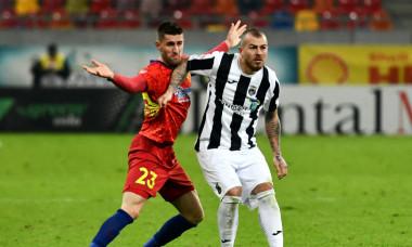 Denis Alibec, în duel cu Ovidiu Popescu în meciul FCSB - Astra / Foto: Sport Pictures
