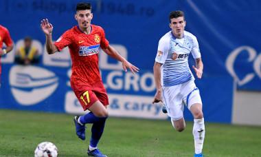 Valentin Mihăilă, în duel cu Iulian Cristea, în Craiova - FCSB / Foto: Sport Pictures