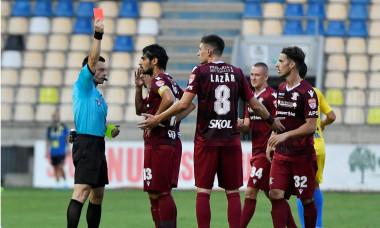 Iulian Dima l-a eliminat pe Rareș Lazăr, în prima parte a meciului Petrolul - Rapid / Foto: Sport Pictures