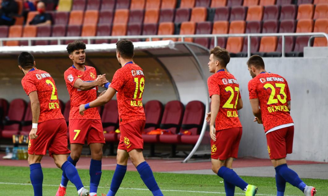 Jucătorii de la FCSB, după golul marcat de Adi Petre în meciul cu Dinamo / Foto: Sport Pictures