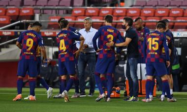 Quique Setien, alături de jucătorii Barcelonei, în meciul cu Atletico / Foto: Getty Images