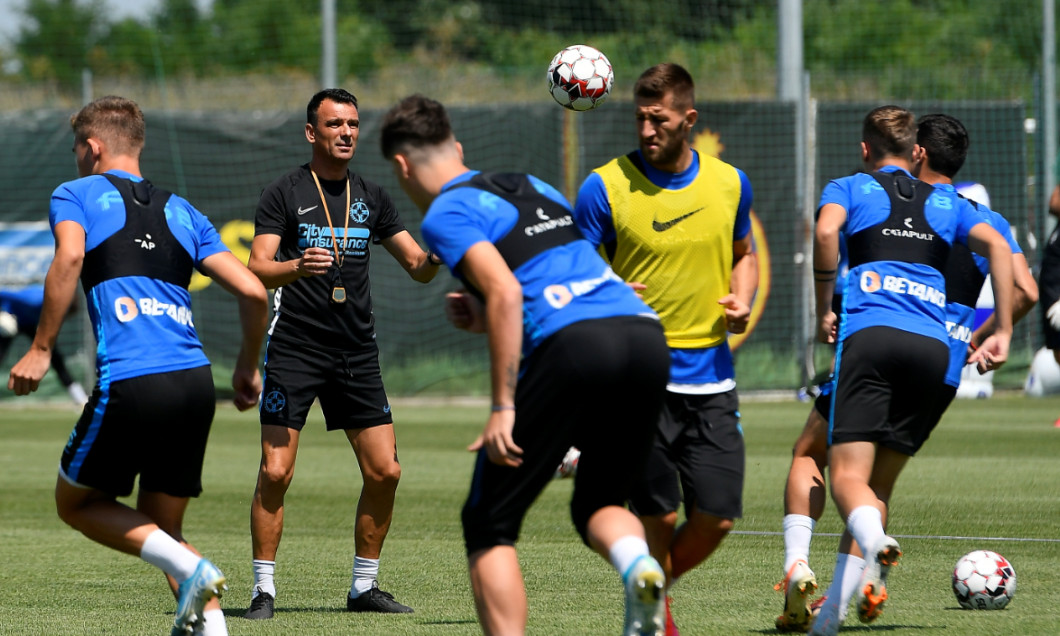 Toni Petrea, la unul dintre primele antrenamente conduse la FCSB / Foto: Sport Pictures