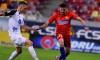 Adi Petre, în duel cu Thomas Nielsen, în meciul FCSB - Gaz Metan / Foto: Sport Pictures