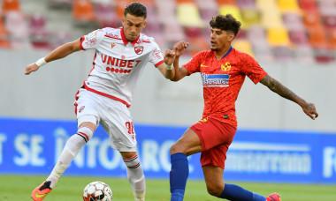 Andreas Mihaiu, în duel cu Florinel Coman, în meciul FCSB - Dinamo / Foto: Sport Pictures