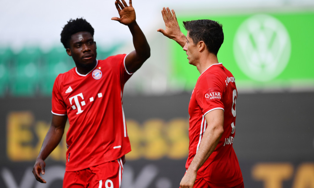 Alphonso Davies și Robert Lewandowski, într-un meci cu Wolfsburg / Foto: Getty Images