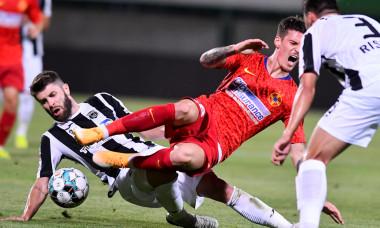 Mihai Răduț îl faultează pe Dennis Man, în meciul Astra - FCSB / Foto: Sport Pictures