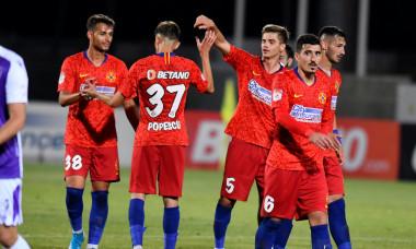 Fotbaliștii de la FCSB, la sfârșitul meciului cu FC Argeș, câștigat cu 3-0 / Foto: Sport Pictures