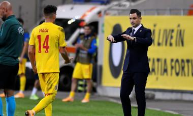 Selecționerul Mirel Rădoi, alături de Ianis Hagi, în timpul meciului România - Irlanda de Nord / Foto: Sport Pictures