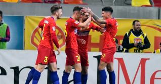 Fotbaliștii de la FCSB, după golul marcat de Răzvan Oaidă în meciul cu Universitatea Craiova / Foto: Sport Pictures
