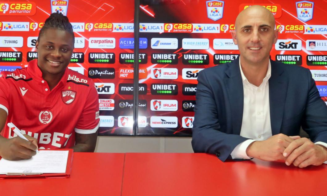 Magaye Gueye, în momentul prezentării oficiale la Dinamo / Foto: fcdinamo.ro