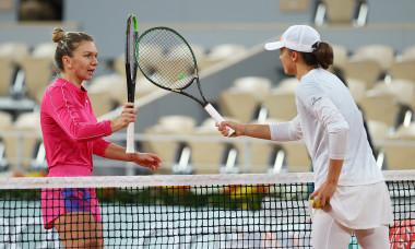 Iga Swiatek și Simona Halep, după meciul direct de la Roland Garros / Foto: Getty Images