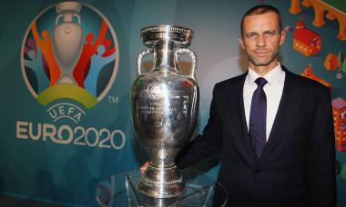 Președintele UEFA, Aleksander Ceferin, alături de trofeul Campionatului European de Fotbal / Foto: Getty Images
