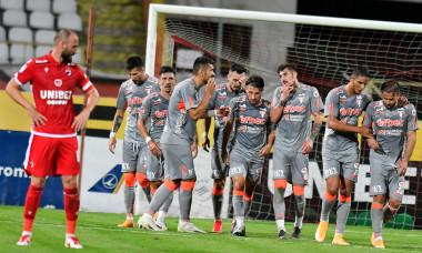 Fotbaliștii UTA-ei Arad, după golul marcat de Ioan Hora cu Dinamo / Foto: Sport Pictures