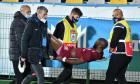 Mike Cestor, scos pe targă de pe gazon în timpul meciului FC Voluntari - CFR Cluj 0-1 / Foto: Sport Pictures